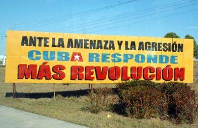 En la ciudad de pinar una valla llama a seguir con el proceso revolucionario a pesar de las agresiones del imperio, el 13 de enero de 2011, Pinar del Rio, Cuba. Foto: Calixto N. Llanes/Juventud Rebelde (CUBA)