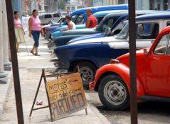 Los parqueadores de autos, motos y bici taxis también tienen su espacio, el 15 de Noviembre de 2010, La Habana, Cuba. Foto: Calixto N. Llanes/Juventud Rebelde (CUBA)