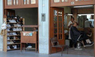Un artesano, relojero y barbero se acogen al trabajo por cuenta propia, el 13 de Enero de 2011, Pinar del Río, Cuba. Foto: Calixto N. Llanes/Juventud Rebelde (CUBA)