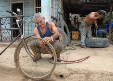 A un lado de su casa un ponchero montó su taller para realizar su trabajo por cuenta propia, el 21 de Enero de 2011, Mayabeque, Cuba. Foto: Calixto N. Llanes/Juventud Rebelde (CUBA)