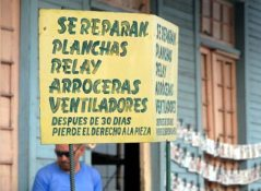 Un mecánico muestra los servicios que oferta, 2 de Febrero de 2011, La Habana, Cuba. Foto: Calixto N. Llanes/Juventud Rebelde (CUBA)