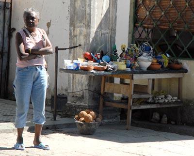 Una mujer parada en la acera vende artículos religiosos, el 5 de Febrero de 2011, La Habana, Cuba. Foto: Calixto N. Llanes/Juventud Rebelde (CUBA)