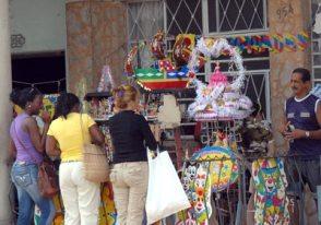 Venta de artículos para fiestas en la calzada de 10 de Octubre, el 9 de Febrero de 2011, La Habana, Cuba. Foto: Calixto N. Llanes/Juventud Rebelde (CUBA)