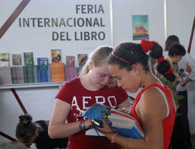 Dos niñas ojean un libro en el Pabellón Cuba, durante la 20 Feria Internacional del Libro, el 10 de Febrero de 2011, La Habana, Cuba. Foto: Calixto N. Llanes/Juventud Rebelde (CUBA)