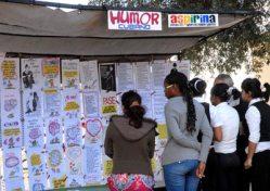 El espacio para las caricaturas atrae a los cubanos en la Fortaleza de San Carlos de la Cabaña, donde tiene lugar la 20 Feria Internacional del Libro, el 14 de Febrero de 2011, La Habana, Cuba. Foto: Calixto N. Llanes/Juventud Rebelde (CUBA)