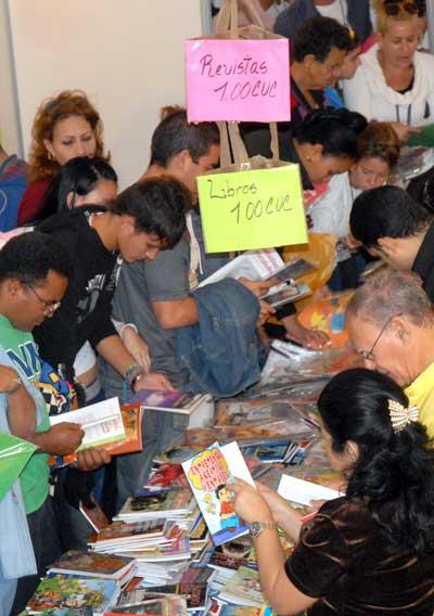 Las editoriales extranjeras venden sus libros y revistas en moneda convertible (CUC) durante la 20 Feria Internacional del Libro, el 14 de Febrero de 2011, La Habana, Cuba. Foto: Calixto N. Llanes/Juventud Rebelde (CUBA)