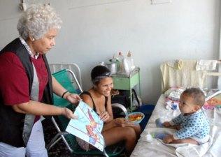 """La narradora y poetisa cubana Enid Vian regala el libro """"Carrusel de cuentos"""" a los niños del Hospital Pediátrico William Soler, como parte de la 20 Feria Internacional del Libro Cuba 2011, el 16 de Febrero de 2011, La Habana, Cuba. Foto: Calixto N. Llanes/Juventud Rebelde (CUBA)"""