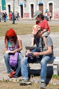 Los extranjeros disfrutan de la lectura en la Fortaleza San Carlos de la Cabaña, sede de la 20 Feria Internacional del Libro Cuba 2011, el 17 de Febrero de 2011, La Habana, Cuba. Foto: Calixto N. Llanes/Juventud Rebelde (CUBA)
