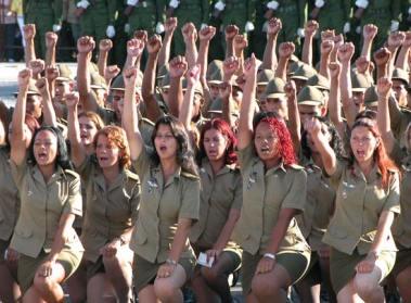 Al frente las mujeres cadetes juran a las Fuerzas Armadas Revolucionarias (FAR), el 24 de Junio de 2006, La Habana, Cuba. Foto: Calixto N. Llanes/Juventud Rebelde (CUBA)