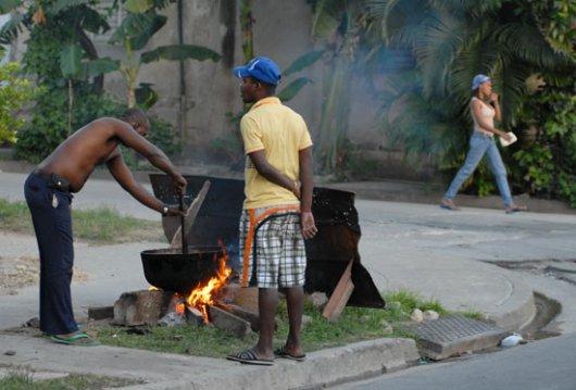 Dos santiagueros preparan una caldosa en una esquina, el 20 de Noviembre de 2008, Santiago de Cuba, Cuba. Foto: Calixto N. Llanes/Juventud Rebelde (CUBA)