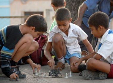 Tres niños juegan ajedrez, el 20 de Noviembre de 2008, Santiago de Cuba, Cuba. Foto: Calixto N. Llanes/Juventud Rebelde (CUBA)