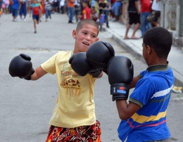 Dos niños boxean en la calle, el 28 Febrero de 2010, La Habana, Cuba. Foto: Calixto N. Llanes/Juventud Rebelde (CUBA)