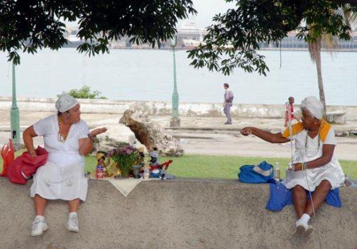 Dos mujeres esperan sentadas en las afueras de la Iglesia de Regla, el 30 de Mayo de 2009, La Habana, Cuba. Foto: Calixto N. Llanes/Juventud Rebelde (CUBA)