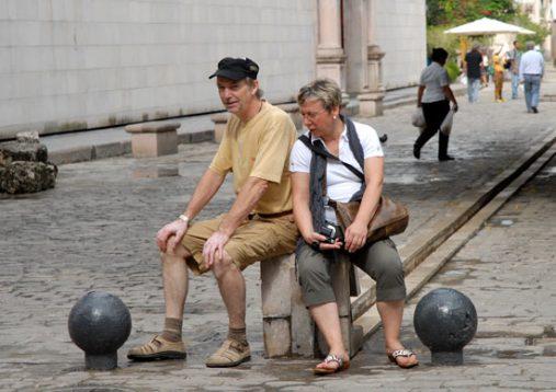 Dos turistas toman un descanso en su recorrido por La Habana Vieja , 11 de Marzo de 2011, La Habana, Cuba. Foto: Calixto N. Llanes/Juventud Rebelde (CUBA)