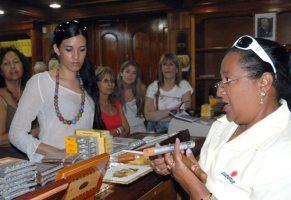 Turistas compran tabacos cubanos en una tienda especializada, 18 de Noviembre de 2010, La Habana, Cuba. Foto: Calixto N. Llanes/Juventud Rebelde (CUBA)