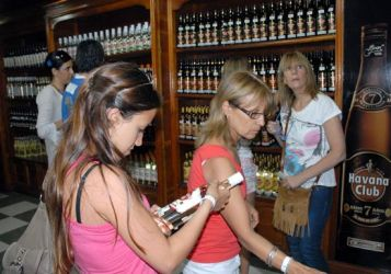 Turistas compran Ron Havana Club en una tienda especializada, 18 de Noviembre de 2010, La Habana, Cuba. Foto: Calixto N. Llanes/Juventud Rebelde (CUBA)