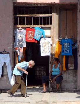 Un hombre mayor camina por delante de un negocio privado, el 11 de Febrero de 2011, La Habana, Cuba. Foto: Calixto N. Llanes/Juventud Rebelde (CUBA)