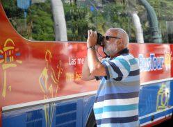 Un turista toma fotos, 11 de Marzo de 2011, La Habana, Cuba. Foto: Calixto N. Llanes/Juventud Rebelde (CUBA)