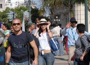 Muchos turistas caminan por en Parque Central, 11 de Marzo de 2011, La Habana, Cuba. Foto: Calixto N. Llanes/Juventud Rebelde (CUBA)