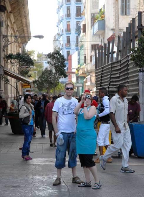 Dos turistas toman fotos a la salida del boulevard capitalino, 11 de Marzo de 2011, La Habana, Cuba. Foto: Calixto N. Llanes/Juventud Rebelde (CUBA)