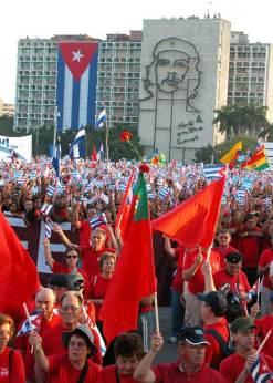 Cientos de miles de personas portando banderas desfilan por la histórica Plaza de la Revolución el 1 de Mayo de 2006, La Habana, Cuba. Foto: Calixto N. Llanes/Juventud Rebelde (CUBA)