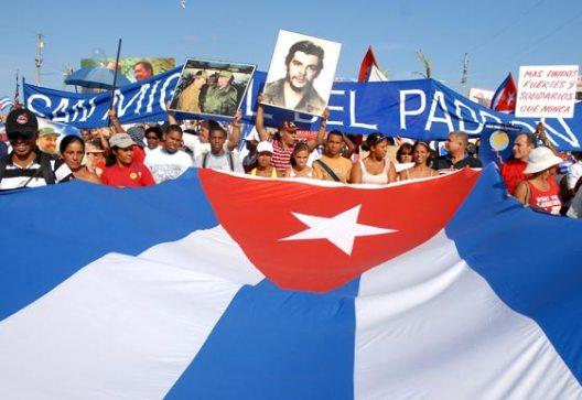 El pueblo capitalino desfila con la bandera cubana en la Plaza de la Revolución, el 1 de Mayo de 2010, La Habana, Cuba. Foto: Calixto N. Llanes/Juventud Rebelde (CUBA)