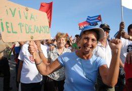 """Una mujer grita """"Viva el 1ro de Mayo"""" durante el desfile en la Plaza de la Revolución, el 1 de Mayo de 2010, La Habana, Cuba. Foto: Calixto N. Llanes/Juventud Rebelde (CUBA)"""