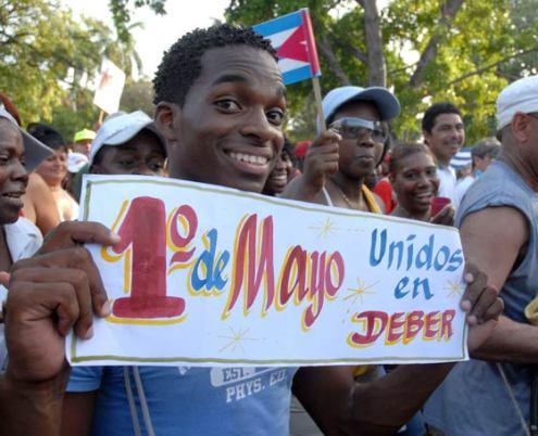 Estudiantes cubanos marchan con carteles, el 1 de Mayo de 2010, La Habana, Cuba. Foto: Calixto N. Llanes/Juventud Rebelde (CUBA)