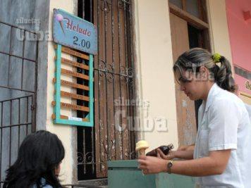 Una mujer sirve un helado de barquillo en su negocio particular, el 14 de Enero de 2011, Pinar del Río, Cuba. Foto: Calixto N. Llanes/Juventud Rebelde (CUBA)