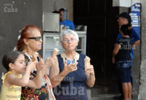 Una familia toma helados gustosamente comprados en cafetería de un trabajador por cuenta propia, el 11 de Febrero de 2011, La Habana, Cuba. Foto: Calixto N. Llanes/Juventud Rebelde (CUBA)