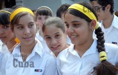 """Pioneras de la Escuela Secundaria """"Mártires de Regla"""", el 8 de Marzo de 2011, La Habana, Cuba. Foto: Calixto N. Llanes/Juventud Rebelde (CUBA)"""