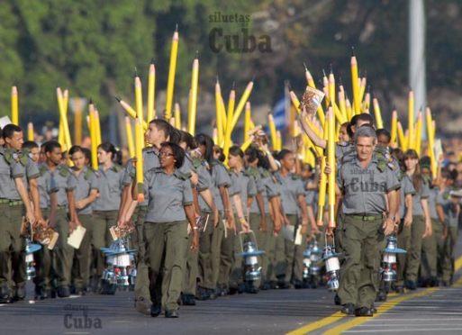 """Con lápices enormes y faroles marchan la Brigada de alfabetizadores """"Conrado Benítez"""", el 14 de Abril de 2011, La Habana, Cuba. Foto: Calixto N. Llanes/Juventud Rebelde (CUBA)"""