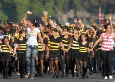 """El grupo de teatro infantil """"La Colmenita"""" desfila en la Plaza de la Revolución, el 14 de Abril de 2011, La Habana, Cuba. Foto: Calixto N. Llanes/Juventud Rebelde (CUBA)"""