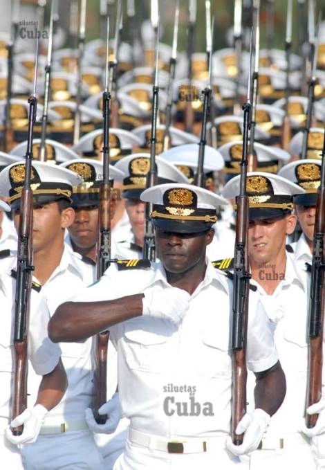 Guardamarinas marchan durante la Revista Militar, el 14 de Abril de 2011, La Habana, Cuba. Foto: Calixto N. Llanes/Juventud Rebelde (CUBA)