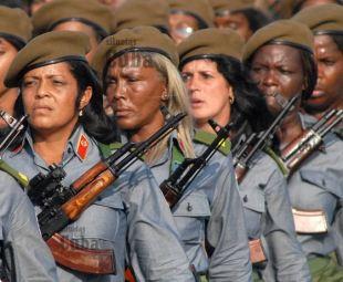 Las mujeres cubanas marchan durante la Revista Militar, el 14 de Abril de 2011, La Habana, Cuba. Foto: Calixto N. Llanes/Juventud Rebelde (CUBA)