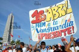 Estudiantes de la FEEM desfilan con carteles por la Plaza de la Revolución, el 16 de Abril de 2011, La Habana, Cuba. Foto: Calixto N. Llanes/Juventud Rebelde (CUBA)