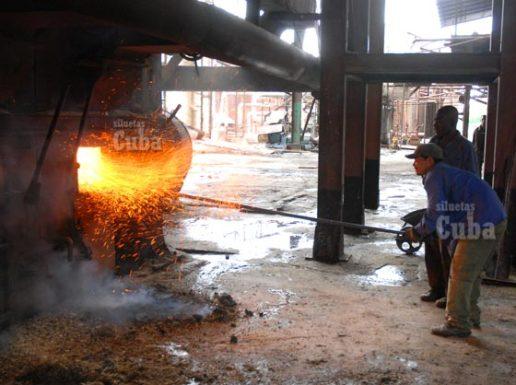 Trabajadores del Central Harlem operan los hornos, el 21 de Enero de 2009, Artemisa, Cuba. Foto: Calixto N. Llanes/Juventud Rebelde (CUBA)