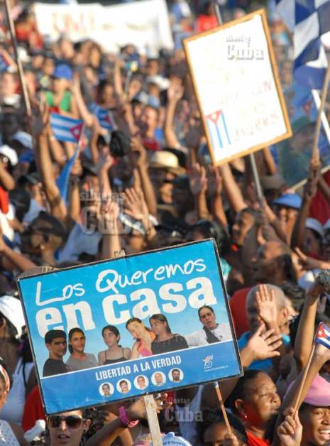 Los trabajadores cubanos exigieron la liberación de los 5 cubanos prisioneros en cárceles de Estados Unidos durante el desfile en la Plaza, el 1 de Mayo de 2011, La Habana, Cuba. Foto: Calixto N. Llanes/Juventud Rebelde (CUBA)