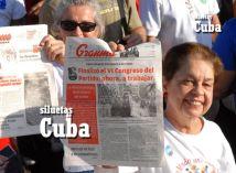 Dos mujeres desfilan con la portada del Diario Granma, Órgano Oficial del Partido Comunista de Cuba, el 1 de Mayo de 2011, La Habana, Cuba. Foto: Calixto N. Llanes/Juventud Rebelde (CUBA)