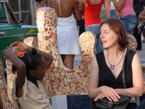 Delegada extranjera conversa con una niña cubana frente a la casa taller del artista de la plástica José Rodríguez (Fúster) en la barriada de Jaimanitas, el 11 de Junio de 2011, La Habana, Cuba. Foto: Calixto N. Llanes/Juventud Rebelde (CUBA)