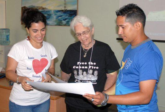"""Familiares de los Cinco comparten con los delegados en el taller """"Humor Rebelde"""" durante el III Encuentro Juvenil de Solidaridad con los Cinco, el 13 de Junio de 2011, La Habana, Cuba. Foto: Calixto N. Llanes/Juventud Rebelde (CUBA)"""