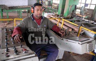 """Mediante los controles este obrero corta la madera en el Aserrío """"Combate Las Tenerías"""", el 14 de Enero de 2011, Pinar del Río, Cuba. Foto: Calixto N. Llanes/Juventud Rebelde (CUBA)"""