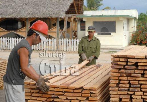 """La tablas son acomodada uniformemente por dos obreros del Aserrío """"Combate Las Tenerías"""", el 14 de Enero de 2011, Pinar del Río, Cuba. Foto: Calixto N. Llanes/Juventud Rebelde (CUBA)"""