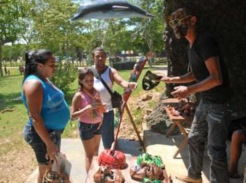 "Un hombre vende mascaras en el parque de diversiones ""Mariposa"", el 3 de Agosto de 2011, La Habana, Cuba. Foto: Calixto N. Llanes(CUBA)"