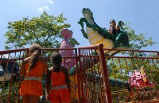 """Dos niñas esperan su turno para montar el """"Dragón Bú"""" en el parque de diversiones """"Mariposa"""", el 3 de Agosto de 2011, La Habana, Cuba. Foto: Calixto N. Llanes (CUBA)"""