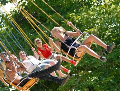 """Jóvenes disfrutan montando la """"Silla Voladora"""" del parque de diversiones """"Mariposa"""", el 3 de Agosto de 2011, La Habana, Cuba. Foto: Calixto N. Llanes (CUBA)"""