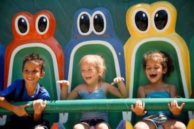 """Pequeños sonríen encima de """"Don Sapo"""" en el parque de diversiones """"Mariposa"""", el 3 de Agosto de 2011, La Habana, Cuba. Foto: Calixto N. Llanes (CUBA)"""