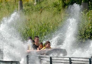 """Niños disfrutan el """"Hidrodeslizador"""" del parque de diversiones """"Mariposa"""", el 3 de Agosto de 2011, La Habana, Cuba. Foto: Calixto N. Llanes (CUBA)"""