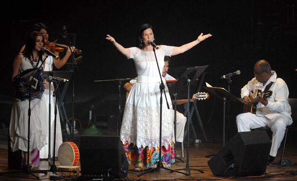 La peruana Marcela Pérez y su grupo cantan durante la Serenata de la Fidelidad, el 12 de Agosto de 2011, La Habana, Cuba. Foto: Calixto N. Llanes/Juventud Rebelde (CUBA)