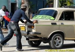 Dos personas empujan un carro ruso Moscovich, el 19 de Noviembre de 2008, La Habana, Cuba. Foto: Calixto N. Llanes (CUBA)
